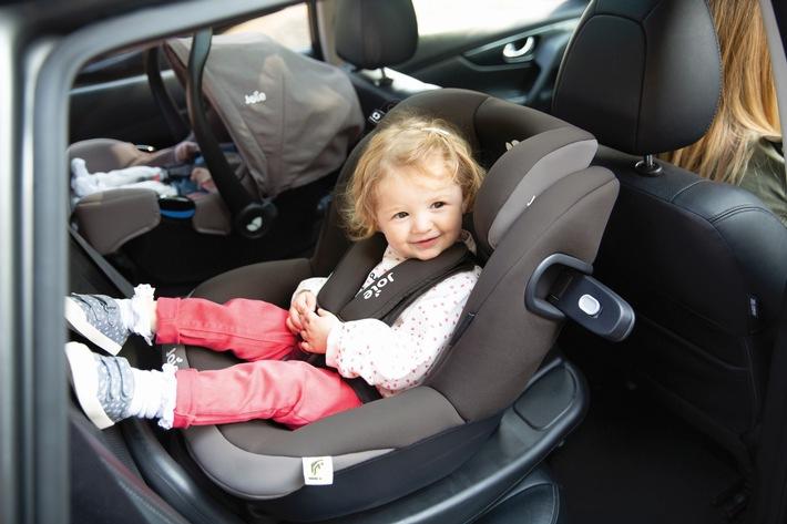 Doppelt ausgezeichnet: Joie-Kindersitzsystem überzeugt im Test von Stiftung Warentest und ADAC