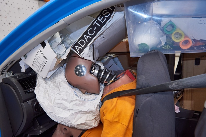 Kommt ein Möbel geflogen! / ADAC Crashtest: Ungesicherte Einkäufe aus Bau- oder Möbelmarkt bei Unfall lebensgefährlich