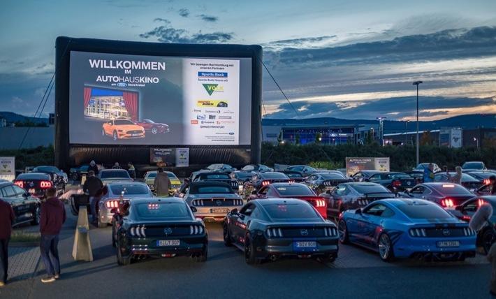 Ford-Enthusiasten stellen deutschen Rekord auf – mit den meisten Ford Mustangs in einem Autokino